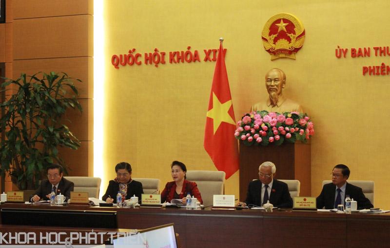 Chủ tịch Quốc hội Nguyễn Thị Kim Ngân (giữa) phát biểu tại phiên họp