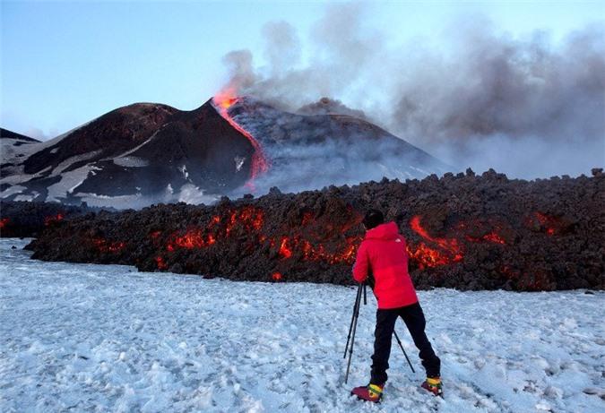 Đội phóng viên BBC có mặt để ghi hình núi lửa Etna phun.