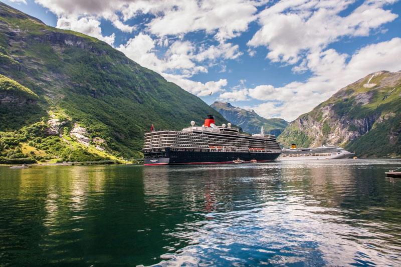 Những chiếc thuyền lớn chở du khách tham quan vịnh Geirangerfjord.