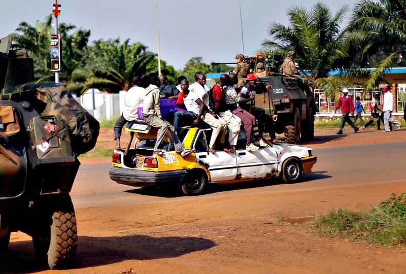 2. Bangui. Thủ đô và là thành phố lớn nhất Cộng hòa Trung Phi. Bangui trải qua nhiều biến động sau khi quốc vương Bokassa bị truất năm 1979. Nơi đây thường xuyên xảy ra xung đột bạo lực và người dân sống phụ thuộc vào viện trợ y tế.