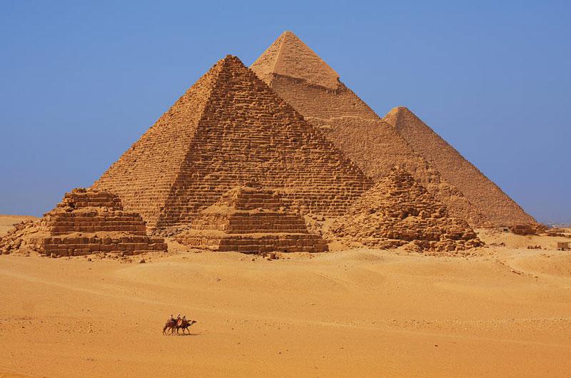 4. Ai Cập. Là nước Cộng hòa nằm ở Bắc Phi, Trung Đông và Tây Nam Á. Mảnh đất này được xem là một trong những nền văn minh vĩ đại nhất thế giới. Tới Ai Cập, bạn sẽ bị thu hút bởi vẻ đẹp của những công trình kiến trúc độc đáo và kì vĩ.