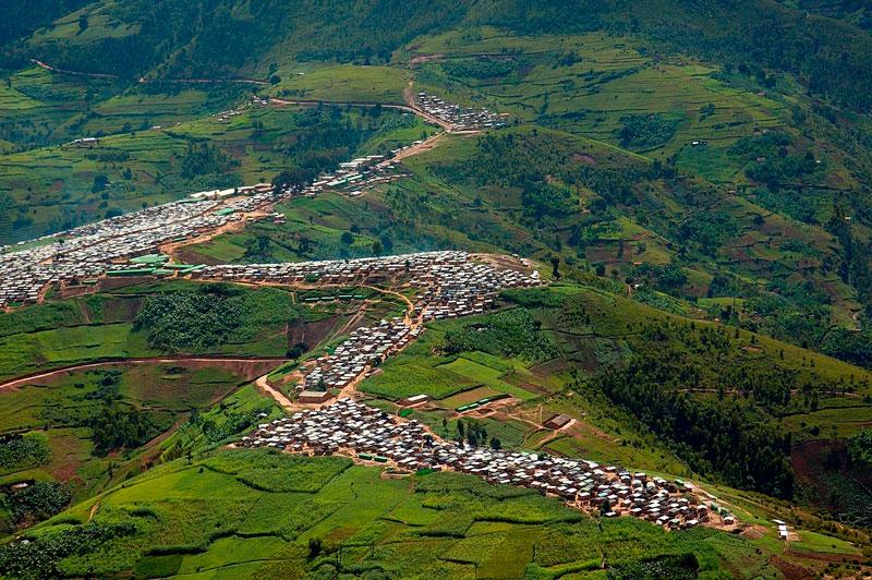 9. Rwanda. Là quốc gia nhỏ nằm kín trong lục địa tại vùng hồ lớn Trung Đông Phi. Đây là điểm đến lý tưởng của những du khách yêu khám phá bởi nơi đây là sự tụ hội của các bộ lạc thổ dân với nhiều màu sắc văn hóa đặc trưng, thiên nhiên được bảo tồn nghiêm ngặt, với một nền chính trị ổn định.