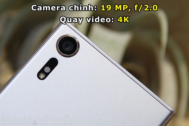 """Máy ảnh chính được trang bị đèn flash LED, hỗ trợ lấy nét bằng laser, công nghệ lấy nét dự đoán vật thể, chống rung quang học, tính năng """"chống biến dạng màn trập"""". Ngoài ra, camera chính của Xperia XZs còn có khả năng quay video Slow Motion với tốc độ 960 khung hình/giây (độ phân giải HD 720p), cao gấp 4 lần so với các smartphone cao cấp hiện nay trên thị trường."""