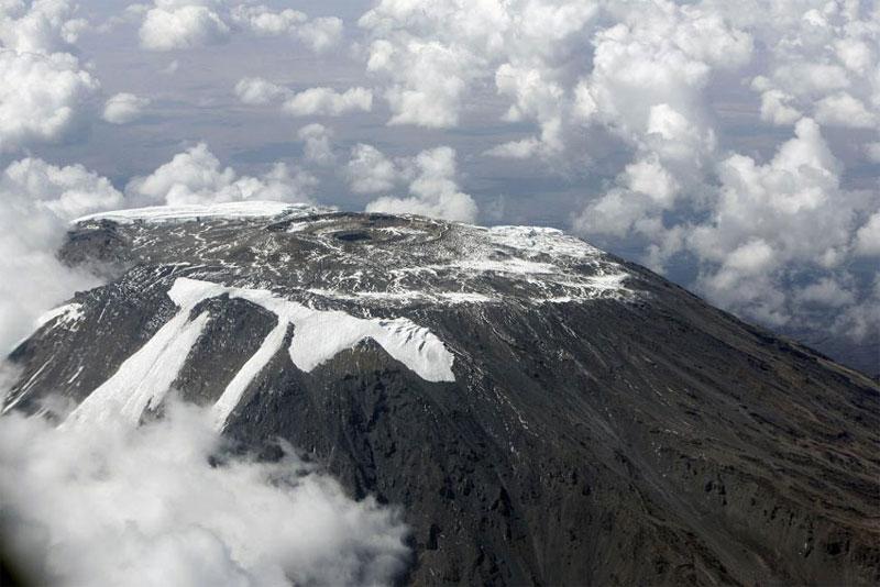 Kilimanjaro là một núi lửa tầng lớn. Hai trong 3 đỉnh của nó là Mawenzi và Shira đã tắt trong khi Kibo không hoạt động như vẫn có thể phun lại nữa. Lần phun trào chính xảy ra trong khoảng 150.000 và 200.000 năm trước.