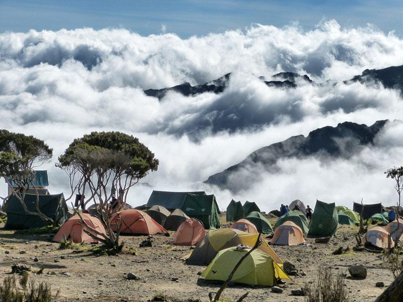 Những cuộc chinh phục lên đỉnh Uhuru, nằm trên chóp Kibo cao nhất, luôn là hành trình gian nan, đầy thử thách nhưng lại không quá phức tạp hay phải đòi hỏi kinh nghiệm leo núi với những dụng cụ chuyên biệt cồng kềnh, mà chỉ cần một đôi chân khỏe và sức khỏe cường tráng là đủ. Chính vì thế mà ngành công nghiệp du lịch nơi đây đón khoảng hơn 30.000 nhà leo núi thám hiểm mỗi năm.