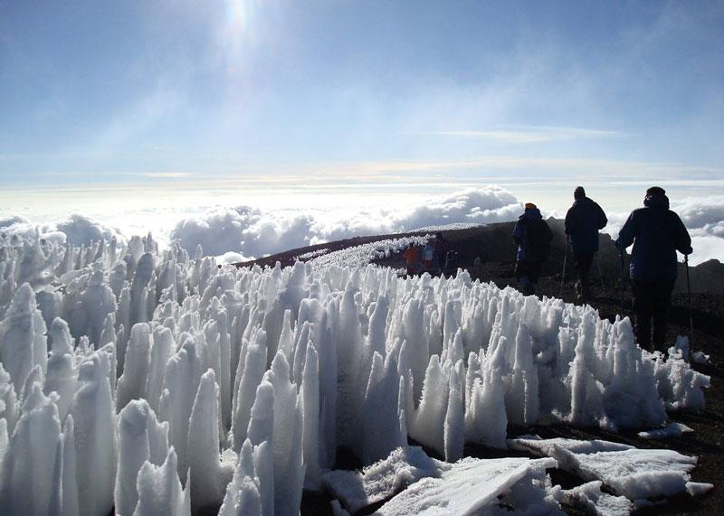 Kilimanjaro được cấu thành từ ba ngọn núi lửa riêng biệt là Kibo 5.895m, Mawenzi 5.149m và Shira 3.962m. Đỉnh Uhuru là đỉnh cao nhất trên miệng của Kibo.