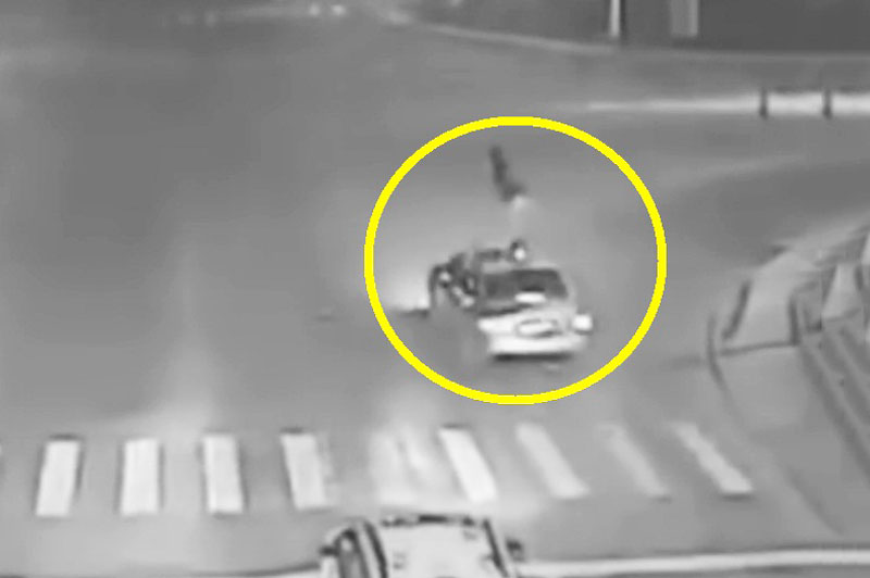 Xe ôtô tông người phụ nữ nhào lộn trên không.