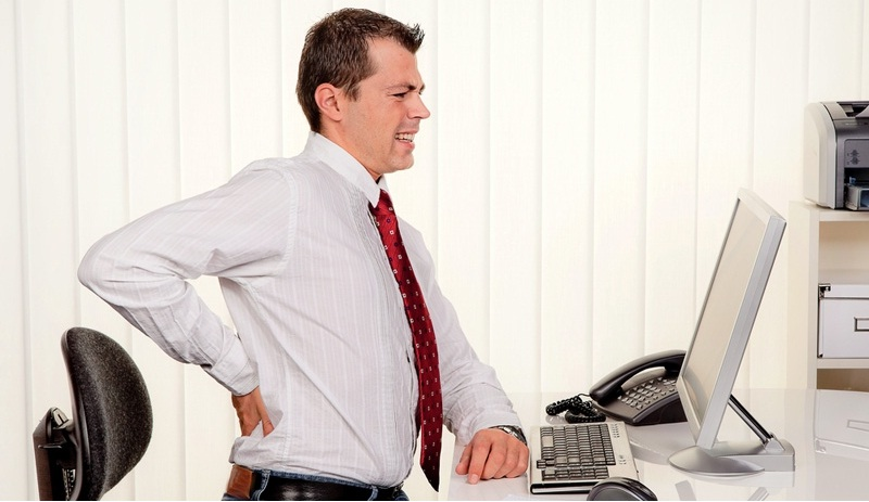 Ngồi lâu rất dễ dẫn tới đau lưng.
