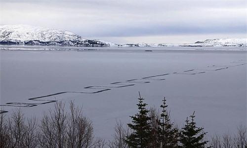 duong-zigzag-ky-la-tren-mat-ho-bang-lon-nhat-iceland