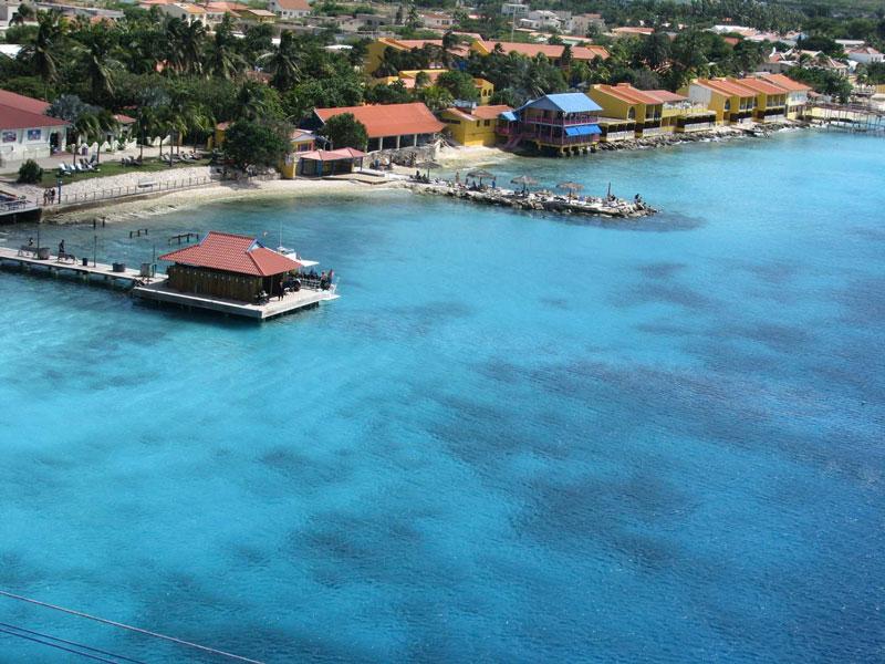 Đảo Bonaire được bao quanh bởi rạn san hô.
