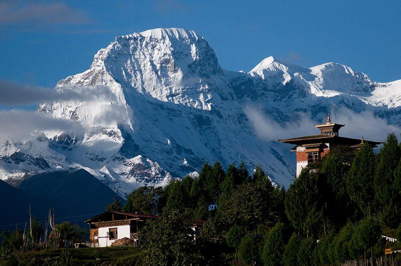 Người dân của Bhutan có ý thức bảo vệ môi trường rất cao, một nửa diện tích đất nước được bảo vệ trong các khu vườn quốc gia. Bản thân họ cũng cảm thấy rất hạnh phúc khi được sống trong môi trường tốt.