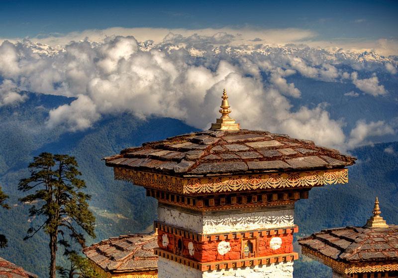 Bhutan có liên kết văn hóa mạnh mẽ với Tây Tạng và nằm trên Con đường tơ lụa giữa Trung Quốc và tiểu lục địa Ấn Độ.
