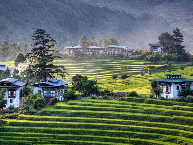 Người Bhutan rất thân thiện với nhau, không kể tầng lớp xuất thân. Người ta kể rằng, một Hoàng tử của Hoàng gia có thể cùng chơi bóng với các học sinh bình thường khác mà không có sự phân biệt. Sự gần gũi này khiến con người mến nhau hơn.