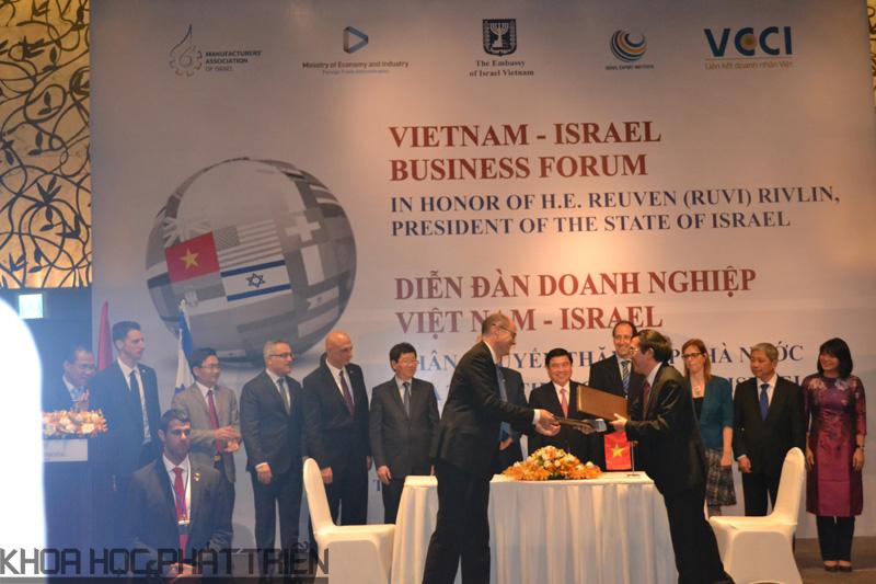 Ông Nguyễn Đình Bình, Giám đốc Cơ quan điều hành NATIF và ông Avi Hasson, Chủ tịch IIA ký kết thỏa thuận hợp tác.