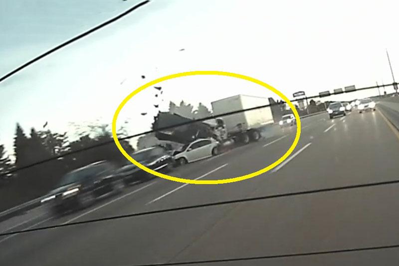 Xe container tông hàng loạt ôtô phía trước.