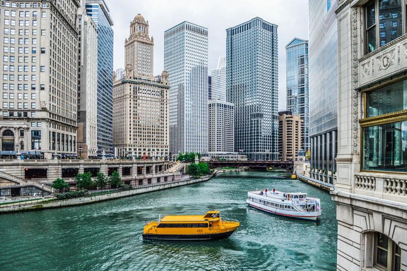 Chicago là thành phố đông dân thứ ba tại Mỹ và là thành phố đông dân nhất tiểu bang Illinois và Trung Tây Mỹ.