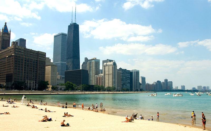 Với 33 bãi tắm bao quanh hồ Michigan trải rộng mênh mông, bạn có thể tắm nắng ở trung tâm thành phố trên những bãi giống bãi biển được nhiều người yêu thích Oak Street.