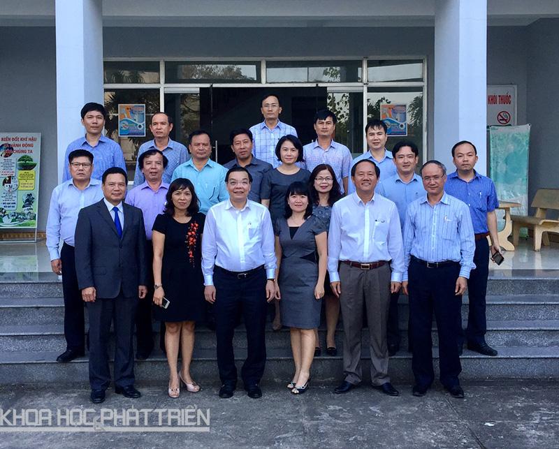 Bộ trưởng cùng đoàn công tác chụp ảnh lưu niệm với các cán bộ Sở Khoa học và Công nghệ tỉnh Quảng Nam.