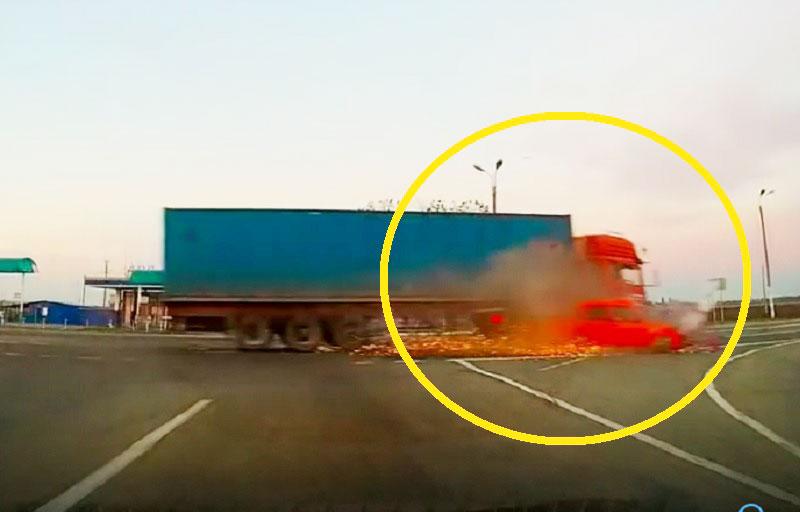 Sau cú va chạm, chiếc ô tô bị xe container kéo lê.