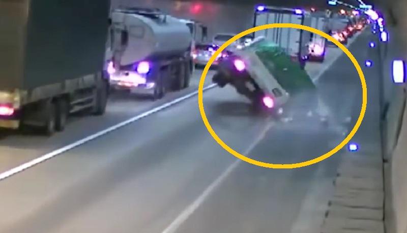 Chiếc xe tải chở gas lật nhào trước khi gây ra vụ nổ kinh hoàng.