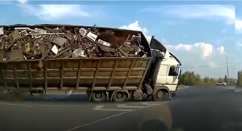 Chiếc xe container trả giá vì ôm cua gấp.