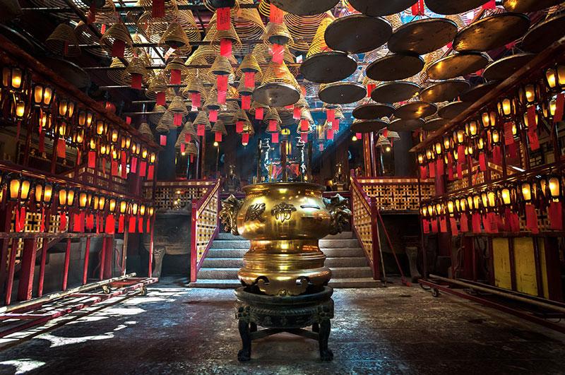 1. Đền Man Mo. Là đền thờ thần dân tộc Man Tài tọa lạc ở số 124-126 đường Hollywood, Sheung Wan. Ngôi đền này được xây dựng năm 1847 và là địa điểm check-in ưu thích của du khách khi đến Hông Kông.