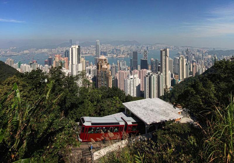 7. Tàu điện Peak. Chạy từ đường Admiralty để đỉnh Victoria qua Mid-Levels, nó được coi là điểm đến tuyệt vời nhất Hồng Kông. Chỉ mất 7 phút để đi hết chặng đường và hành khách sẽ có một trải nghiệm đáng nhớ, khi các tòa nhà chọc trời lướt qua bạn trong khi xe điện chạy lên sườn dốc đứng.
