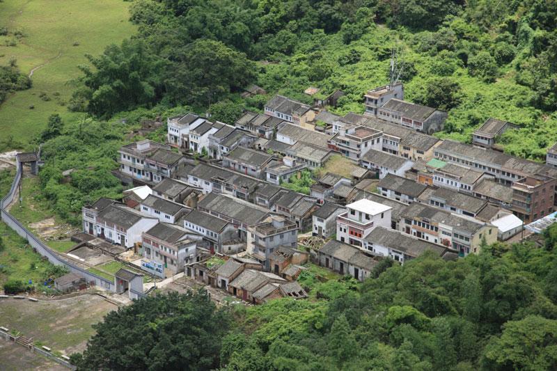8. Lai Chi Wo. Đây là ngôi làng có 400 lịch sử. Nó nằm trong vườn quốc gia Plover Cove và công viên hàng hải Yan Chau Tong, Hồng Kông. Lai Chi Wo được bao quanh bởi các bức tường và những ngôi nhà ở đây mang nét kiến trúc điển hình của những ngôi làng Hakka.
