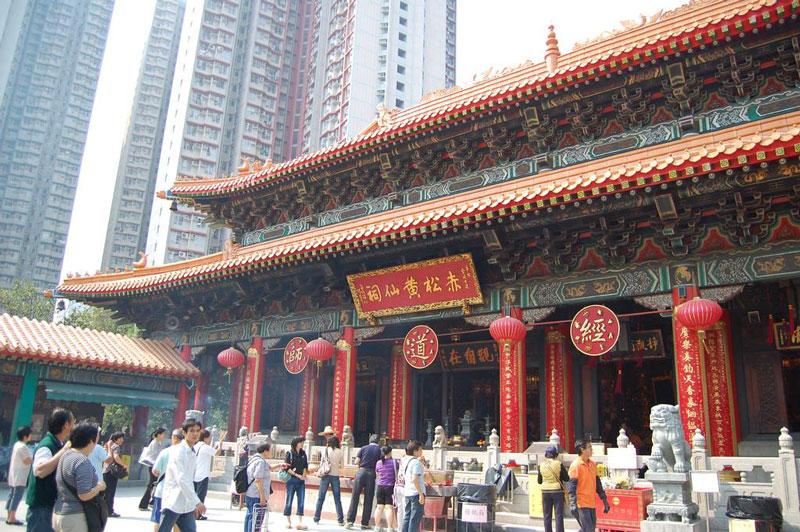 9. Đền Wong Tai Sin. Là ngôi đền nổi tiếng và thu hút lượng lớn khách du lịch ở Hồng Kông. Đền mở cửa từ 7 giờ đến 5 giờ 30 chiều trong suốt cả năm. Hầu hết những người tới đây vừa cầu nguyện cho cuộc sống bình an cùng thăm thú phong cách, kiến trúc độc đáo của ngôi đền này.