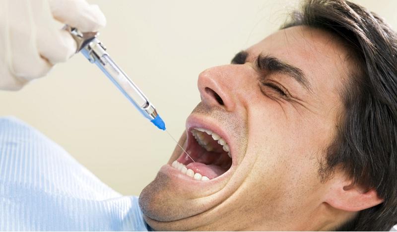 Khi bé nhìn thấy những bệnh nhân khác đang đau răng hay vừa nhổ răng xong thì nghĩ rằng mình cũng sẽ bị đau như vậy. Ảnh minh họa.