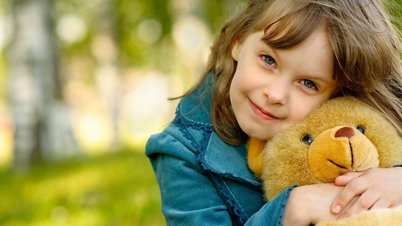 Mang theo đồ chơi sẽ giúp bé cảm thấy thoải mái hơn rất nhiều khi đến phòng khám nha khoa. Ảnh minh họa.