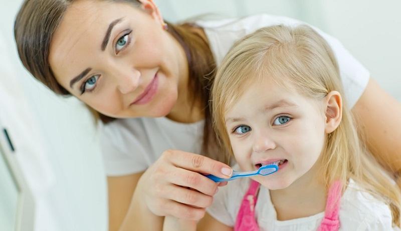 Giữ răng việc sạch sẽ. Hãy tạo cho bé thói quen giữ gìn vệ sinh răng miệng. Khi đó, bé sẽ tự tin hơn khi đến gặp nha sĩ. Ảnh minh họa.