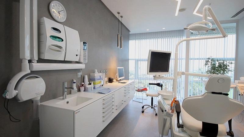 Trẻ em thường rất sợ môi trường lạ, đặc biệt là các phòng khám nha khoa. Tông màu trắng của phòng khám và các vật dụng nha khoa khiến bé có cảm giác không an toàn. Ảnh minh họa.