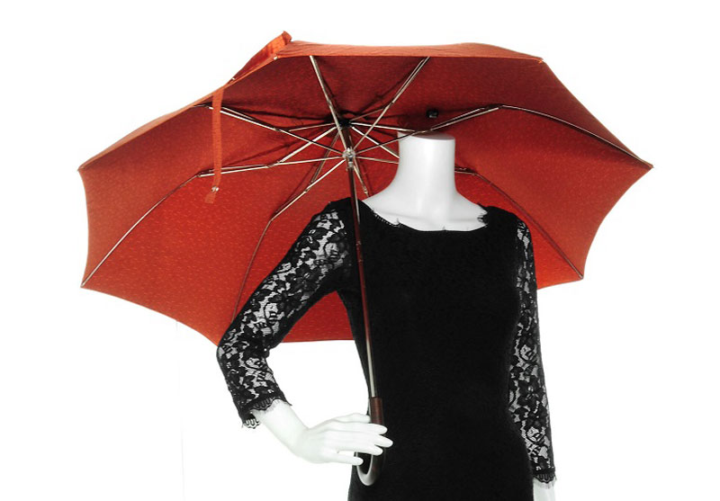 7. Hermes Pluie de H Folding Umbrella - giá: 485 USD (tương đương 10,98 triệu đồng).
