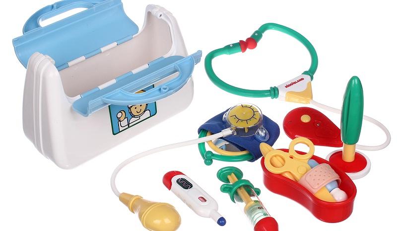 Cùng bé chơi trò nha sĩ và bệnh nhân. Bé sẽ quen dần với phòng khám và các thao tác nha khoa. Ảnh: bộ đồ chơi nha sĩ.