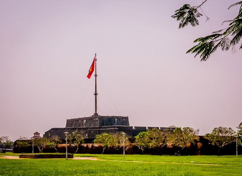 3. Kỳ Đài (Cột cờ Cố đô Huế). Là di tích kiến trúc thời nhà Nguyễn nằm chính giữa mặt Nam của kinh thành Huế thuộc phạm vi pháo đài Nam Chánh cũng là nơi treo cờ của triều đình. Kỳ Đài được xây dựng vào năm Gia Long thứ 6 (1807), cùng thời gian xây dựng kinh thành. Đến thời Minh Mạng, Kỳ Ðài được tu sửa vào các năm 1829, 1831 và 1840.