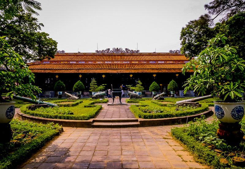 4. Bảo tàng Cổ vật Cung đình Huế. Viện bảo tàng trực thuộc sự quản lý của Trung tâm bảo tồn di tích cố đô Huế. Tòa nhà chính của viện bảo tàng được làm bằng gỗ, có 128 cây cột gỗ quý, trên các cột có hình chạm khắc tứ linh: Long - li - quy - phụng và hơn 1000 bài thơ bằng chữ Hán. Tòa nhà này chính là điện Long An, được xây năm 1845 dưới thời vua Hiến tổ nhà Nguyễn, niên hiệu là Thiệu Trị. Hiện bảo tàng trưng bày hơn 300 hiện vật bằng vàng, sành, sứ, pháp lam Huế, ngự y và ngự dụng, trang phục của hoàng thất nhà Nguyễn, Nó giúp khách tham quan có cái nhìn tổng thể về cuộc sống cung đình Huế xưa.