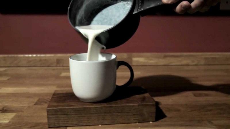 Không nên cho đường vào sữa tươi đang nóng. Vì làm như thế sẽ làm biến tính các chất ở trong sữa.