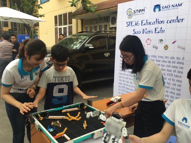 Lắp ráp và lập trình robot để giải quyết các bài toán đặt ra là một trong những hướng đi của giáo dục STEM.