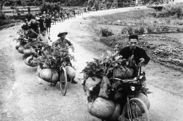 Đoàn xe đạp thồ trên đường lên Điện Biên Phủ.