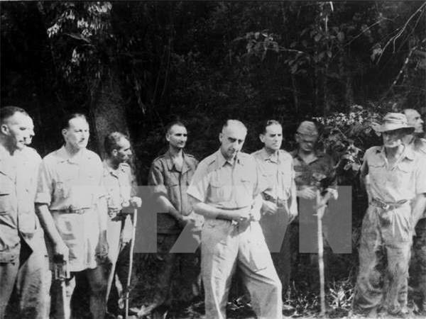 Tướng Christian de Castries cùng toàn bộ Bộ chỉ huy quân Pháp tại Điện Biên Phủ ra hàng.