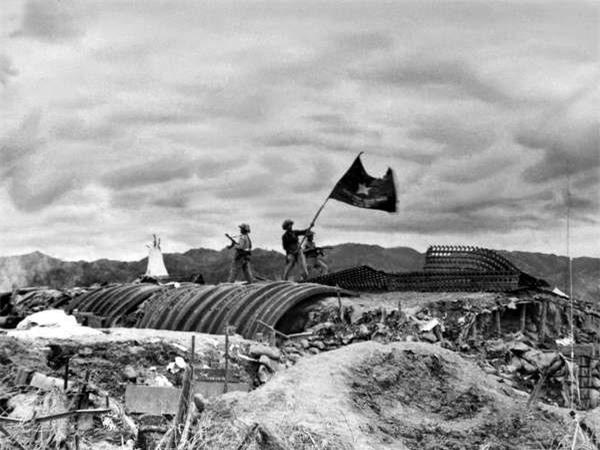 Lá cờ chiến thắng tung bay trên nóc hầm tướng de Castries.