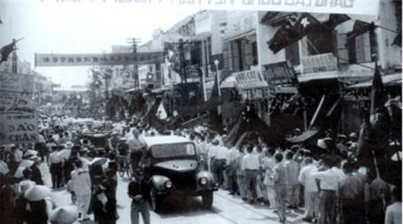 Người dân thủ đô chào mừng Chiến thắng Điện Biên Phủ.