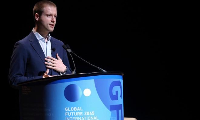 """Tỷ phú Nga Dmitry Itskov bày tỏ mong muốn: """"tạo ra công nghệ cho phép chuyển đổi nhân cách một cá nhân sang một trạng thái phi sinh học"""". Ảnh: AP."""