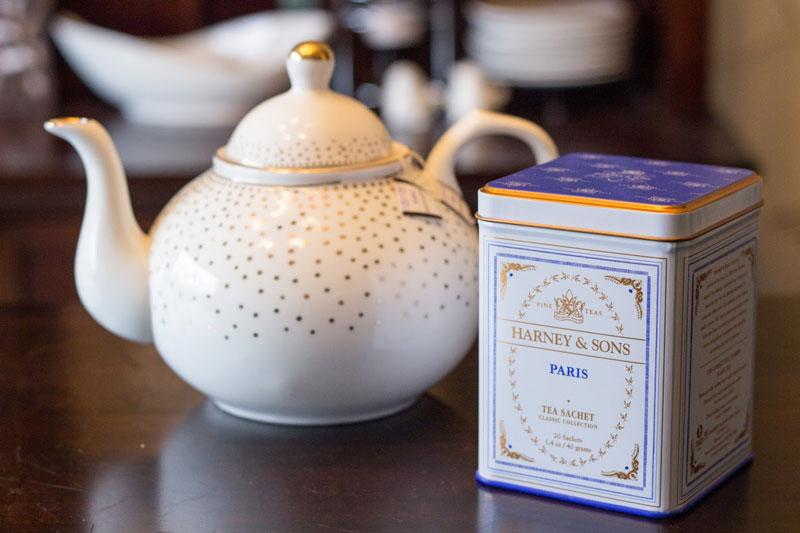 4. Harney & Sons. Thương hiệu trà của Mỹ được thành lập năm 1983. Nó từng được đề cử là thương hiệu trà nổi tiếng nhất thế giới năm 2009. Trà của hãng đa dạng về chất lượng, mùi vị lẫn bao bì.