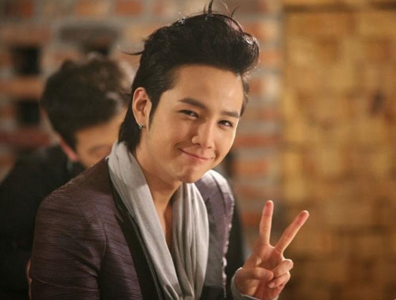 """5. Jang Keun-suk. Là diễn viên, ca sĩ, người mẫu và DJ sinh năm 1987 huyện Danyang, Hàn Quốc. Anh được mọi người biết đến nhiều nhất với vai diễn Hwang Tae Kyung trong bộ phim truyền hình """"You're Beautiful"""" (2009) đóng cặp với Park Shin Hye, Jung Yong-hwa, Lee Hong-gi và Uee."""