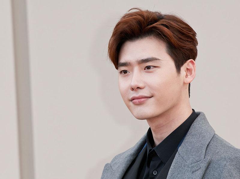 """7. Lee Jong-suk. Sinh năm 1989 ở thành phố Suwon, Hàn Quốc. Anh ra mắt vào năm 2005 với bộ phim ngắn """"Sympathy"""" và nhanh chóng tìm được chỗ đứng vững chắc trong làng giải trí xứ sở kim chi."""