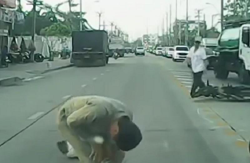 Sau cú va chạm, cả người người điều khiển xe máy chỉ bị thương nhẹ.