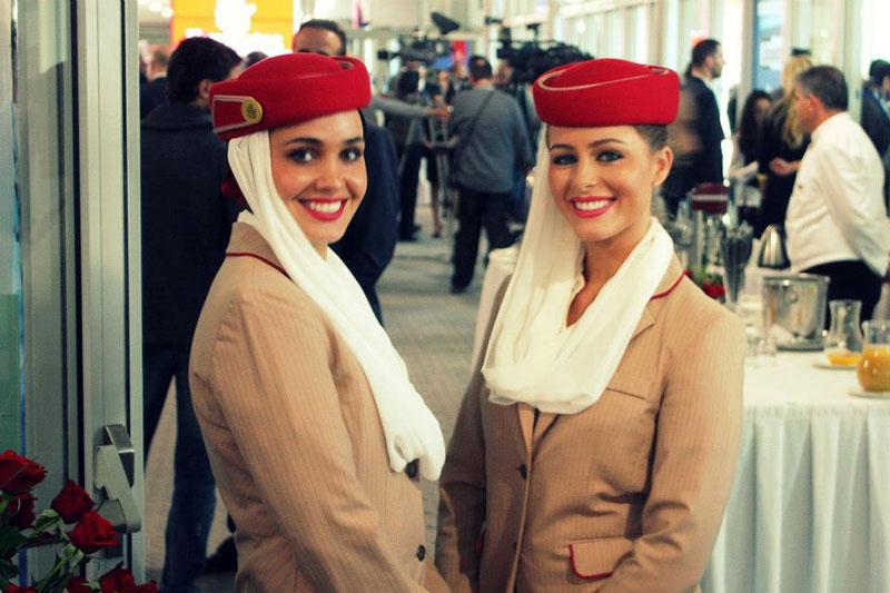 6. Emirates. Hãng hàng không quốc gia của Các Tiểu vương quốc Ả Rập Thống nhất có trụ sở tại Dubai. Hãng lựa chọn những tiếp viên thân thiện, giỏi giang nhưng không kém phần xinh đẹp.