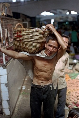 Loat anh doc ben trong cho Ben Thanh nam 1973 (2)-Hinh-2